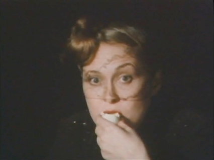 faye dunaway eats a hard boiled egg for parco